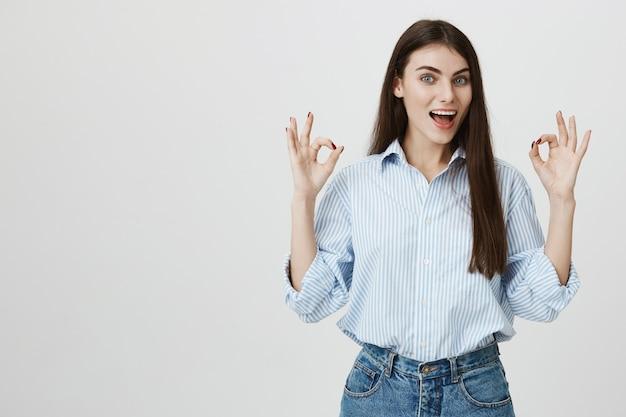 Opgewonden vrouw zegt geen probleem met oke gebaren