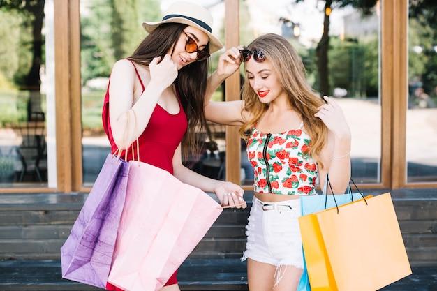 Opgewonden vrouwen die delen met nieuwe aankopen