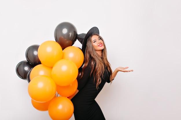 Opgewonden welgevormde vrouw die op halloween-feest wacht
