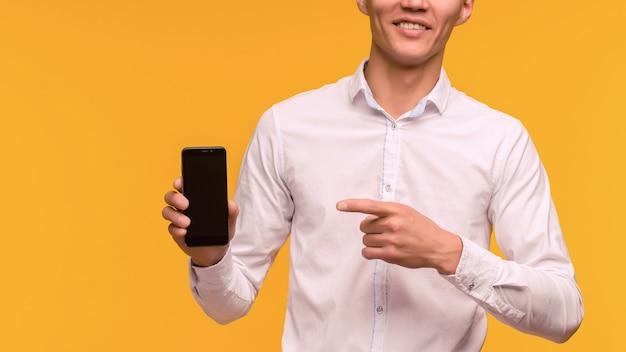Opgewonden winnaar man wijzend op mobiele telefoon