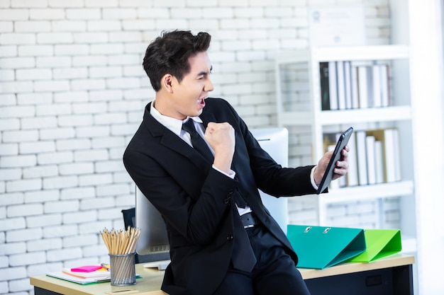 Opgewonden zakenman in zijn kantoor