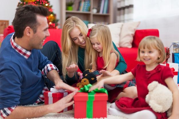 Opgewonden zussen staan klaar om kerstcadeautjes te openen