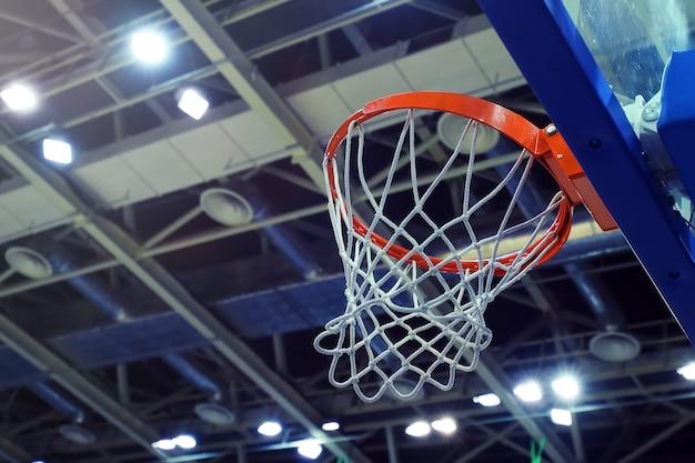 Opkijkweergave van de basketbalring in het sportcomplex