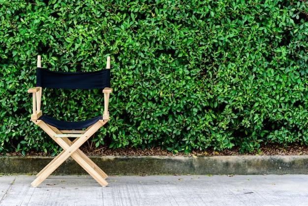 Opklapbare of director houten stoel in de tuin