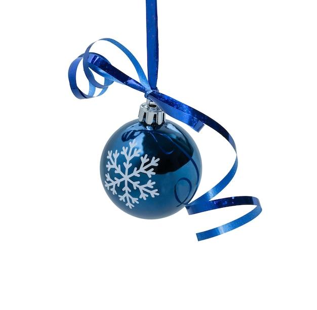 Opknoping blauwe kerst ornament op witte achtergrond