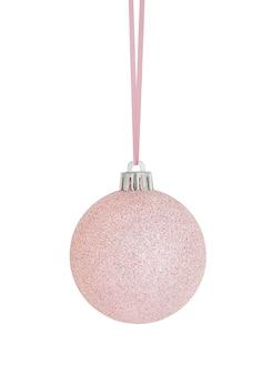 Opknoping roze kerst ornament geïsoleerd op een witte achtergrond