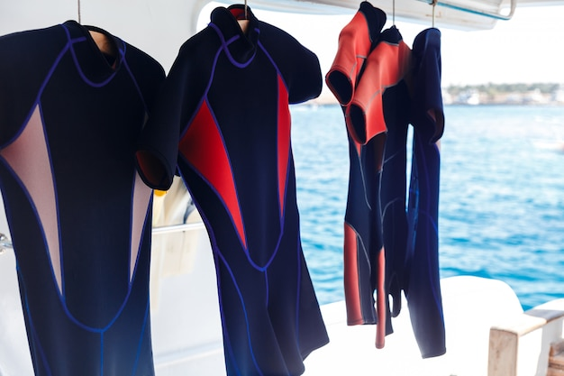 Opknoping wetsuits