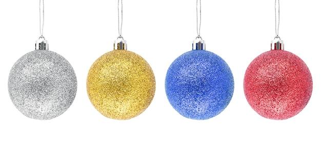 Opknoping zilver gouden blauw rood glitter kerstballen geïsoleerd op een witte achtergrond