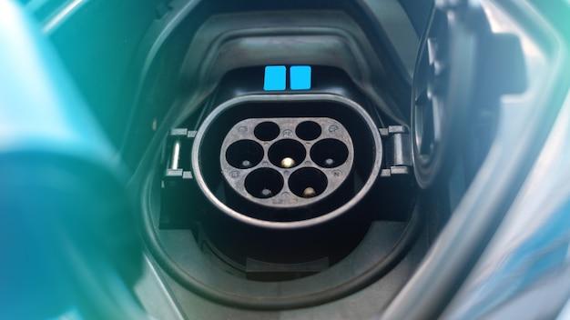 Oplaadaansluiting van een elektrische auto met blauw licht