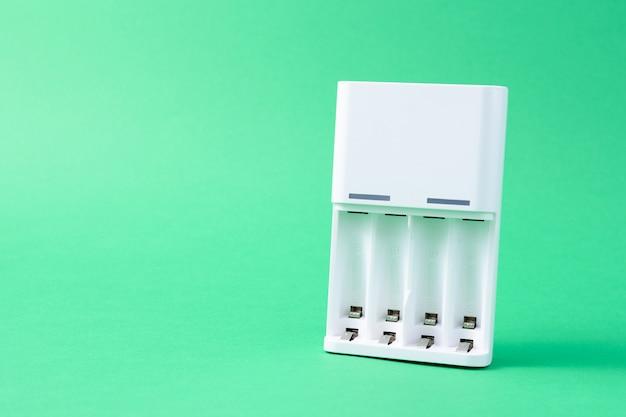 Oplaadbare batterij oplader geïsoleerd op groene achtergrond
