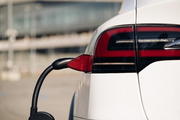 Oplaadpoort voor elektrische voertuigen die in moderne ev-auto wordt aangesloten