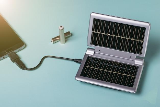 Opladen via de zonne-energie van een moderne mobiele telefoon. gebruik van zonne-energie. toekomstige technologie.
