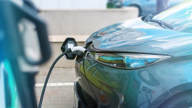 Oplader aangesloten op een elektrische auto bij laadstation