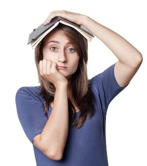 Opleiding. de vrouwelijke student op witte muur houdt een notitieboekje