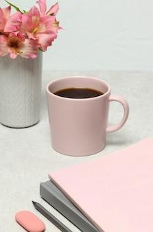 Opmerking boeken, potlood, koffiekopje, boeket bloemen op stenen tafel
