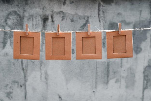 Opmerking of fotolijst op het touw en pincet abstracte achtergrond