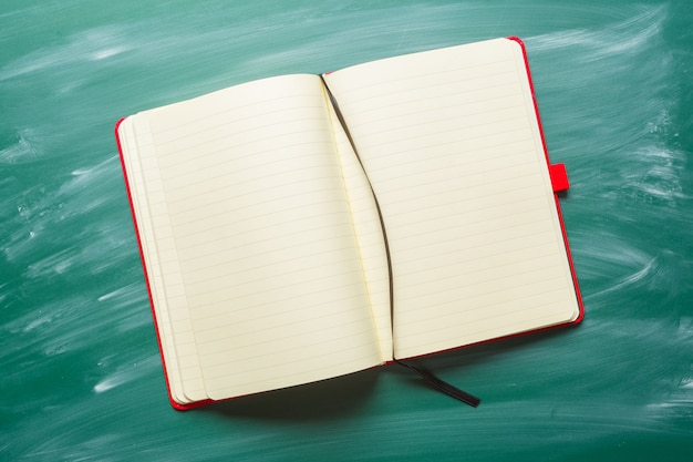 Opmerking papier op schoolbord voor tekst