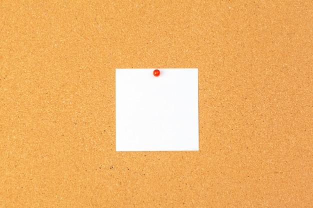 Opmerking papier vastgemaakt op bruin kurk boord