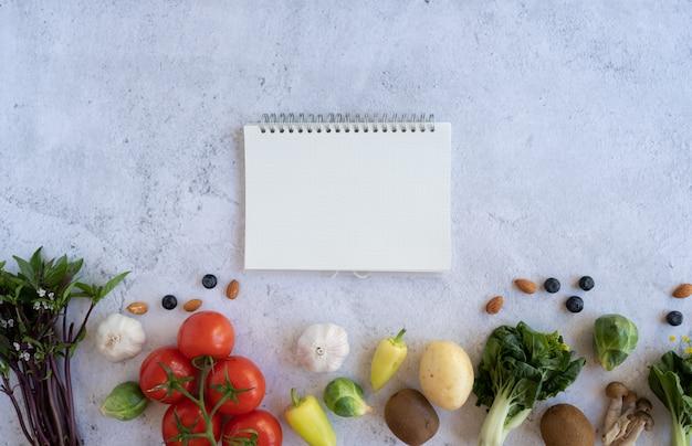 Opmerking voor voedingsdieet en groente en fruit in de eco-tas. vegan maaltijd recept.