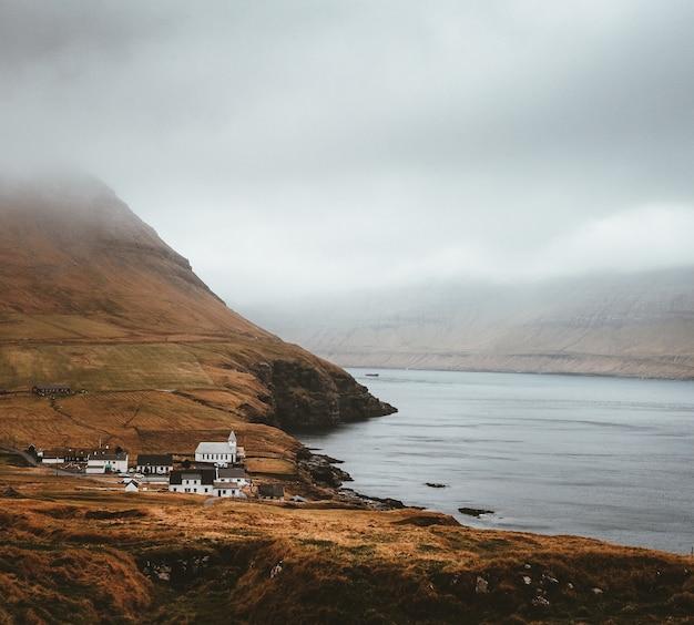 Opname van de prachtige natuur zoals de stad, de zee en de bergen van de faeröer