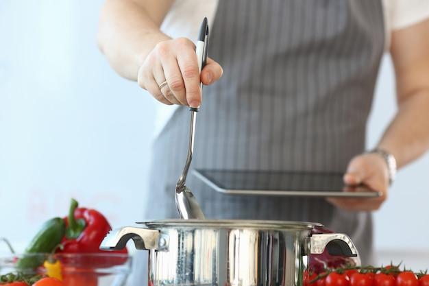 Opnemen culinaire chef-kok vlogger kneedt veganistisch eten