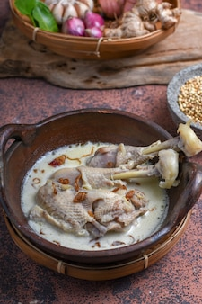 Opor ayam of kip witte curry traditionele indonesische gerechten