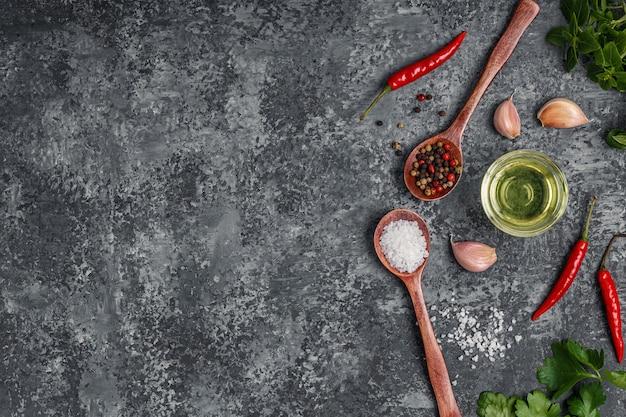 Oppervlak met specerijen, kruiden en olijfolie