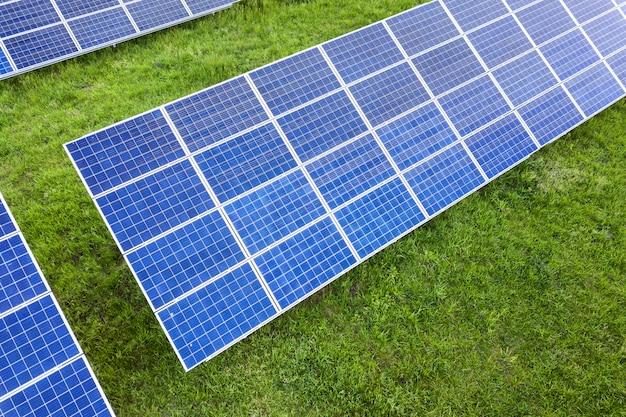 Oppervlak van zonne-fotovoltaïsche panelen systeem dat hernieuwbare schone energie op groen gras produceert.