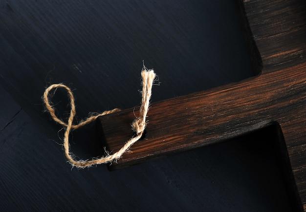 Oppervlakte houten bord op zwarte houten rustieke oppervlak