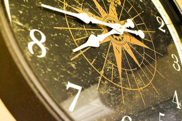 Oppervlakte retro klok in sepia toon die voor tijdmachine gebruikt