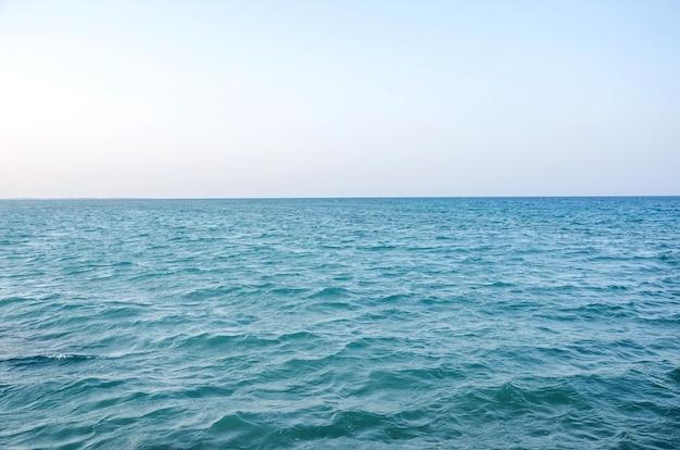 Oppervlakte van blauw zeewater en hemelhorizon