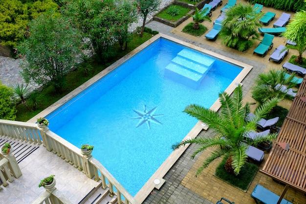 Oppervlakte van blauw zwembad, achtergrond van water in zwembad. uitzicht van boven