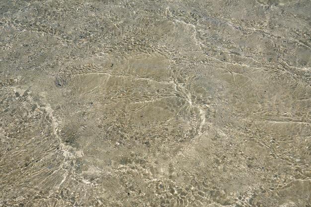 Oppervlakte van helder water op tropisch zandstrand in kreta griekenland.