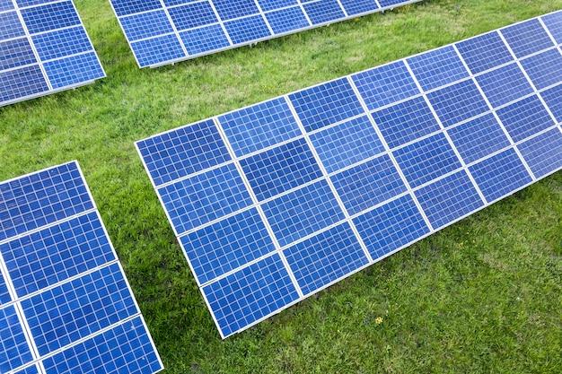Oppervlakte van het systeem van fotovoltaïsche zonnepanelen die hernieuwbare schone energie op groen gras produceren