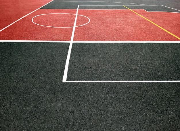 Oppervlakte van rood en zwart sportveld met witte lijnen. speelterrein voor games