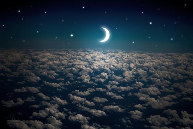 Oppervlakten nachtelijke hemel met sterren en maan en prachtige wolken
