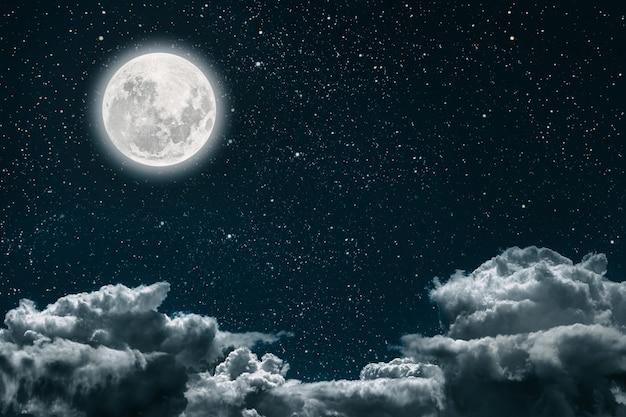 Oppervlakten nachtelijke hemel met sterren en maan en wolken