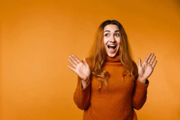 Oprecht lachende roodharige blanke vrouw, gekleed in wollen trui
