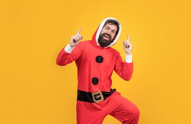 Oprechte felicitaties. feest plezier. gelukkig nieuwjaar. vrolijk kerstfeest. seizoensgebonden kerstverkoop. bebaarde volwassen man draagt een rood kerstmankostuum. klaar voor feest. voorbereiden op de wintervakantie.