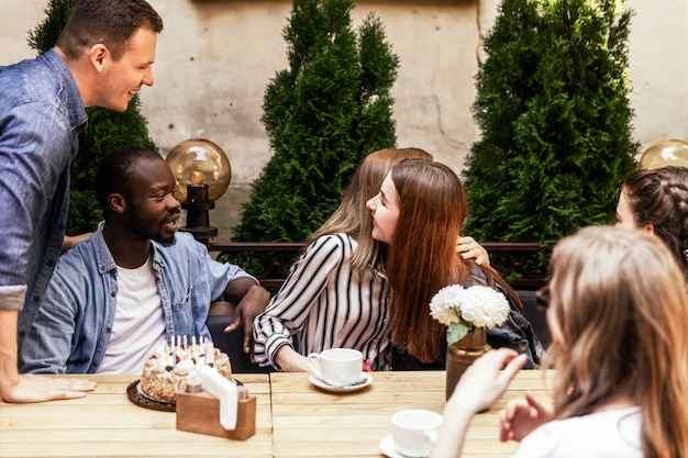 Oprechte groeten van collega's voor een feestvarken in een café