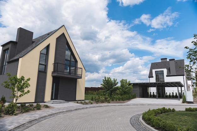 Oprit naar een mooi modern gebouw gelegen in buitenwijken