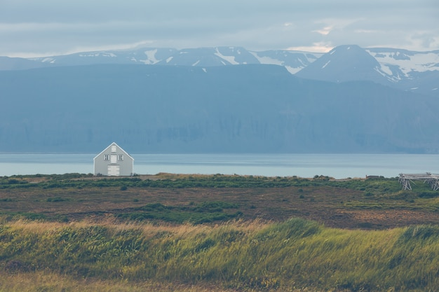 Opruimen huisje aan de kust in oost-ijsland.