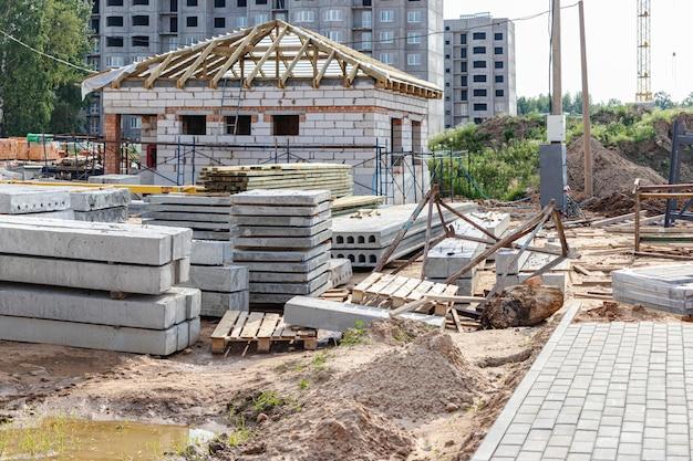 Opslag van materialen op de bouwplaats. gewapende betonnen platen voor de bouw.