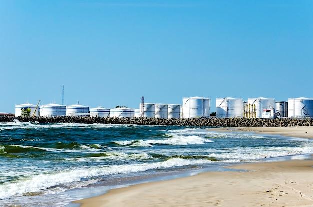 Opslag van olie en petrochemische producten klaar voor logistieke en transportactiviteiten in klaipeda Premium Foto