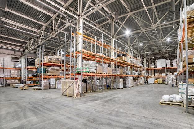 Opslagplaats van logistieke bedrijven. lange planken met een verscheidenheid aan dozen en containers.
