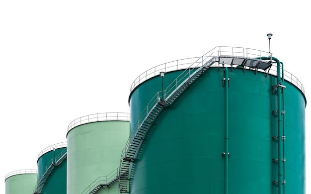 Opslagtank voor houdt de olie van raffinaderij geïsoleerd op wit