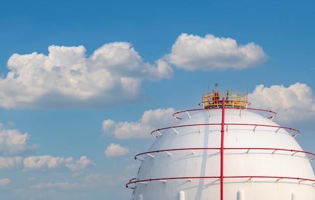 Opslagtank voor industrieel gas. opslagtank voor lng of vloeibaar aardgas. sferische gasreservoirs in aardolieraffinaderij.
