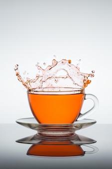 Opspattend kopje thee