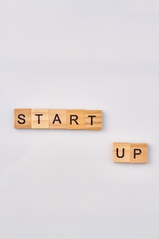Opstarten als een bedrijfsconcept. begin van nieuwe zaken. alfabet houten blokken geïsoleerd op een witte achtergrond.