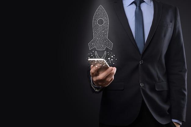 Opstarten bedrijfsconcept, zakenman bedrijf pictogram transparante raket lanceert en vliegen uit het scherm met netwerkverbinding op donkere muur vliegen